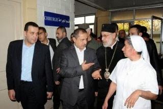O ελληνορθόδοξος Επίσκοπος Δαμασκού προσέρχεται στο νοσοκομείο.